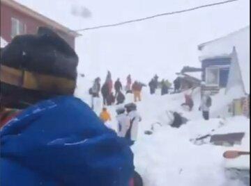 Мощная лавина накрыла горнолыжный курорт, под снегом ищут детей: первые кадры и подробности трагедии