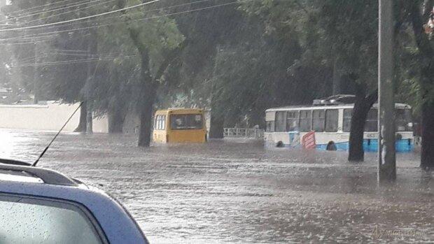 Водоспад утворився посеред житлового будинку в Одесі: в мережі показали наслідки потопу