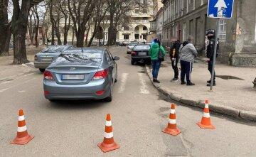 """Пешеходов сбили на """"зебре"""" в центре Одессы, водитель дал по газам: кадры с места ЧП"""