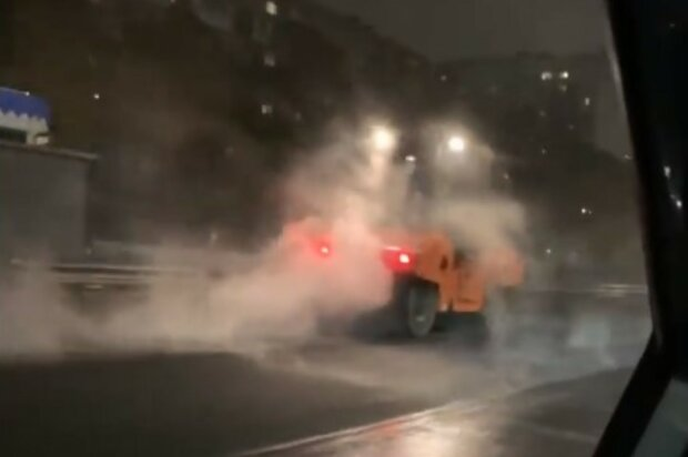 Сніг не перешкода: у Києві комунальники лагодять дорогу незважаючи на погану погоду, відео