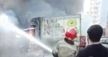 Масштабный пожар охватил рынок в Киеве, небо затянуто черным дымом: видео ЧП