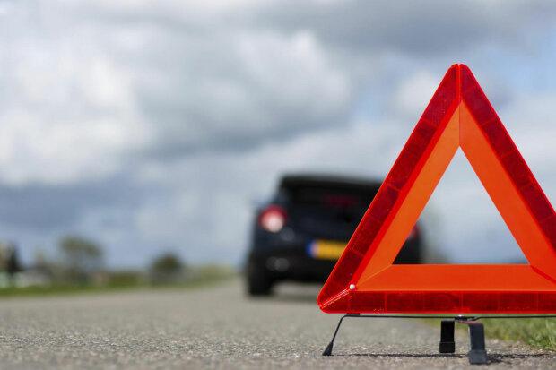 Авто протаранило людей на Харьковщине: «не удалось спасти», кадры аварии