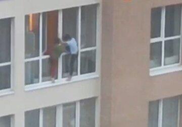 """В Киеве дети устроили опасные для жизни игры на балконе: """"Вот так развлекаются"""", кадры"""