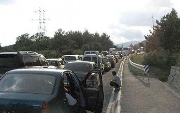 """Машину битком набиту дітьми помітили по дорозі в Кирилівку, фото: """"запхали навіть у багажник"""""""