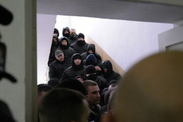 Суд над Трухановим: «люди в чорному» заблокували будівлю, що відбувається