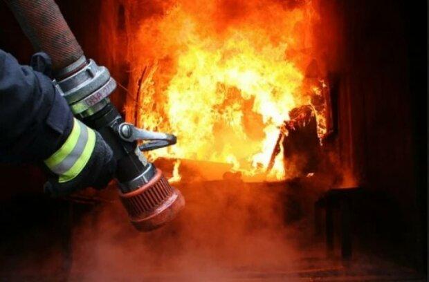 Масштабный пожар вспыхнул в Одессе: много техники и спасателей