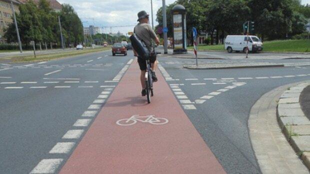 """У Дніпрі велодоріжку вирішили """"закінчити"""" сходинками, кадри:"""" Запросто можна отримати травму"""""""