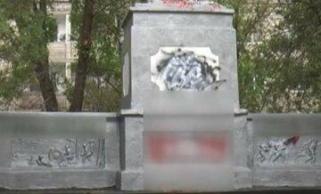На Харьковщине вандалы изуродовали памятник защитникам Украины: фото с места