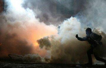 Дым, протест, толпа, полиция