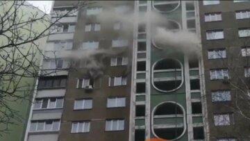 Мощный пожар разгорелся в киевской многоэтажке: съехались пожарные, дым на всю округу