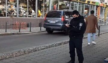Мужчина с ножом атаковал покупателя на Привозе, всё из-за носков: кадры ЧП в Одессе