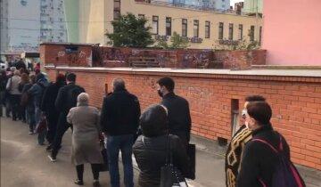 """Транспортный коллапс охватил Киев, видео: """"Люди полтора часа стоят в очереди"""""""