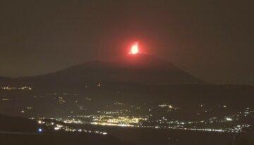 Прокинувся найбільший вулкан Європи: виверження видно за кілометри, кадри