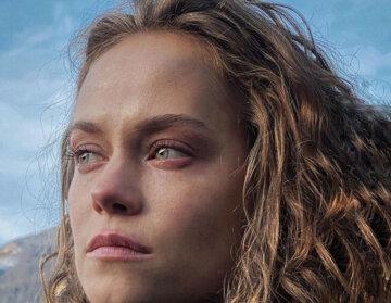 """Зірка """"Кріпосна"""", що вилетіла з серіалу, здивувала схожістю з Крістен Стюарт: фото в бікіні"""