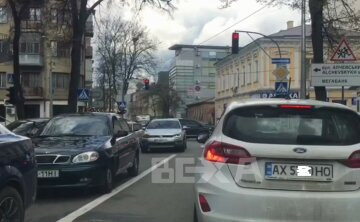 """""""Все стоїть"""": у центрі Харкова перекрили важливу вулицю, кадри транспортного колапсу"""