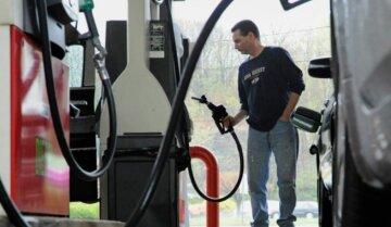 Обвал цен на нефть: как это повлияет на стоимость бензина в Украине, подробности