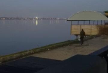"""""""Может он рыб прикармливал?"""": река Днепр утопает в мусоре, мужчину поймали на горячем"""