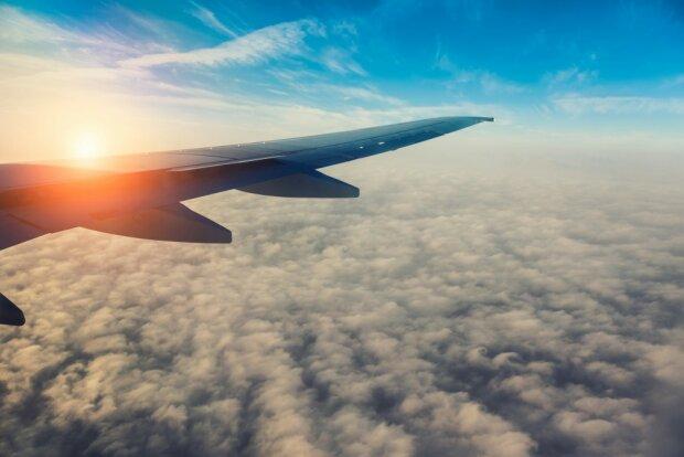 крыло-самолёта-над-облаками-1000×667