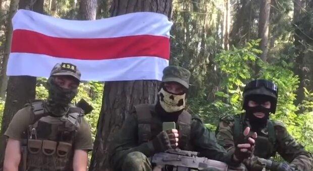 """Силовики Лукашенка затримали в лісі підлітків, відео: """"знайшли українську символіку"""""""