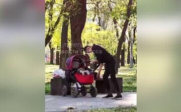 """В Одессе горе-мать под """"веществами"""" гуляла с коляской, видео: ребенок лежал пятками вверх"""