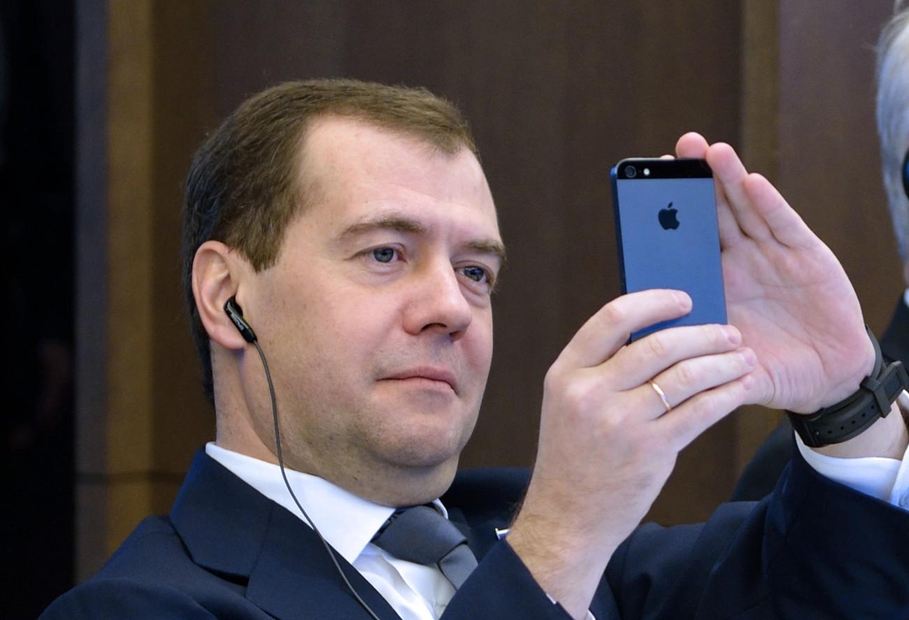 медведев с айфоном фото первых фотографиях