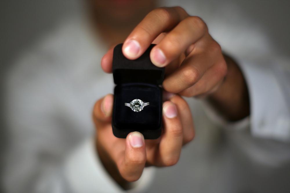 парень дарит кольцо картинки как свинарник, зимний