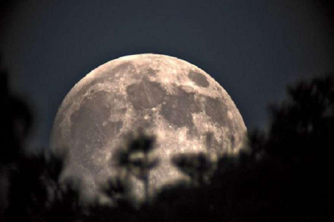отдельный необыкновенные фото луны готовы подобрать